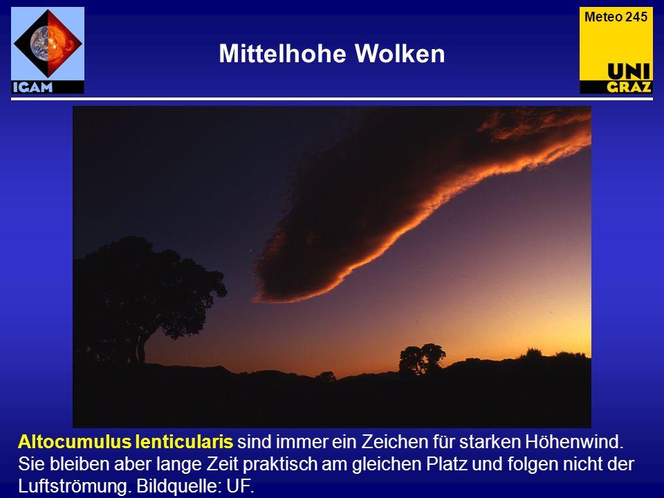 Mittelhohe Wolken Altocumulus lenticularis sind immer ein Zeichen für starken Höhenwind. Sie bleiben aber lange Zeit praktisch am gleichen Platz und f