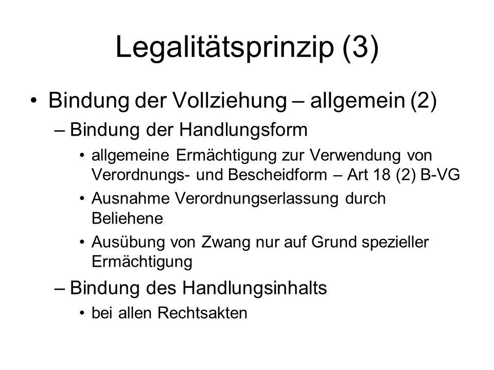 Legalitätsprinzip (4) Bindung der Vollziehung – Sonderfälle –Selbstverwaltung Gemeinden – Art 118 (4) (6) B-VG; ortspolizeiliche Verordnungen Sonstige Selbstverwaltungskörper, Universitäten – Art 81c (1), 120b (1) B-VG; Satzungen –nichthoheitliche Verwaltung hL: nur Vorrang des Gesetzes, aber Grundrechts- bindung und Verbot des Rechtsformenmissbrauchs –verfassungsunmittelbare Verordnungen zB Art 18 (3), 78c (2) B-VG –Regierungsakte zB Regierungsvorlagen, Ernennung BReg