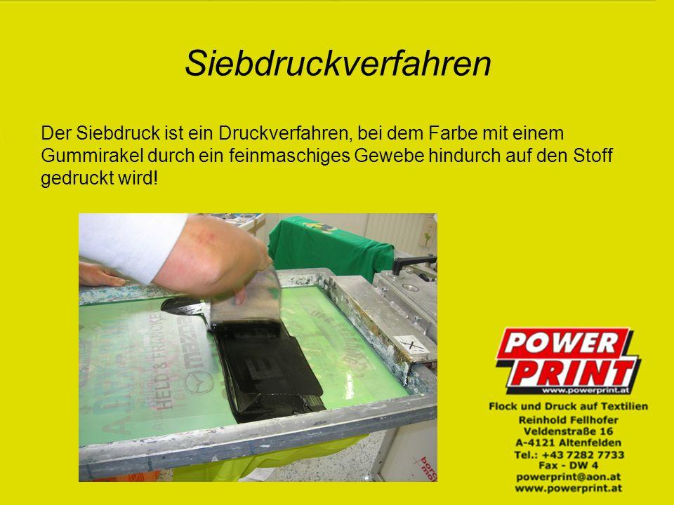 Siebdruckverfahren Der Siebdruck ist ein Druckverfahren, bei dem Farbe mit einem Gummirakel durch ein feinmaschiges Gewebe hindurch auf den Stoff gedruckt wird!