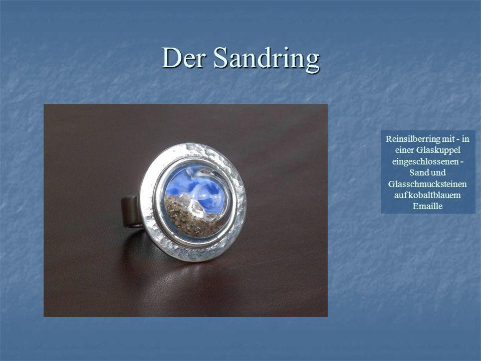 Reinsilberring mit - in einer Glaskuppel eingeschlossenen - Sand und Glasschmucksteinen auf kobaltblauem Emaille Der Sandring