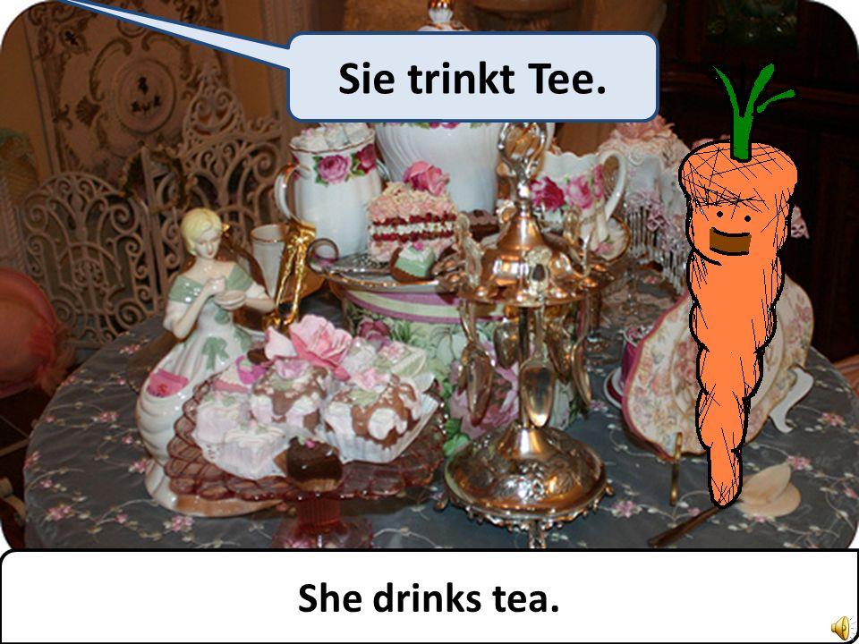 She drinks tea. Sie trinkt Tee.
