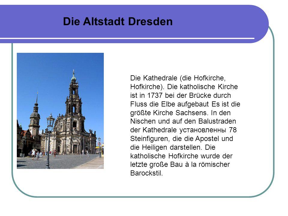 Die Kirche FRAUENKIRCHE das Symbol Dresdens befindet sich hinter der Brjulski Terrasse, auf der Fläche Nojmarkt (Neumarkt).