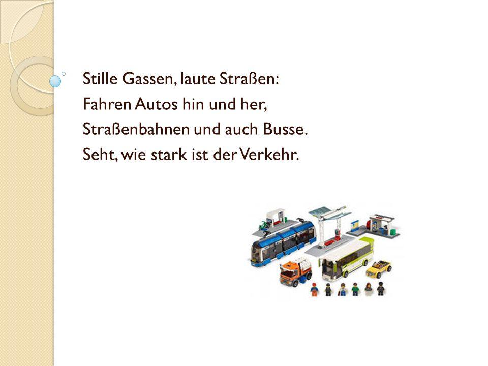 Stille Gassen, laute Straßen: Fahren Autos hin und her, Straßenbahnen und auch Busse. Seht, wie stark ist der Verkehr.