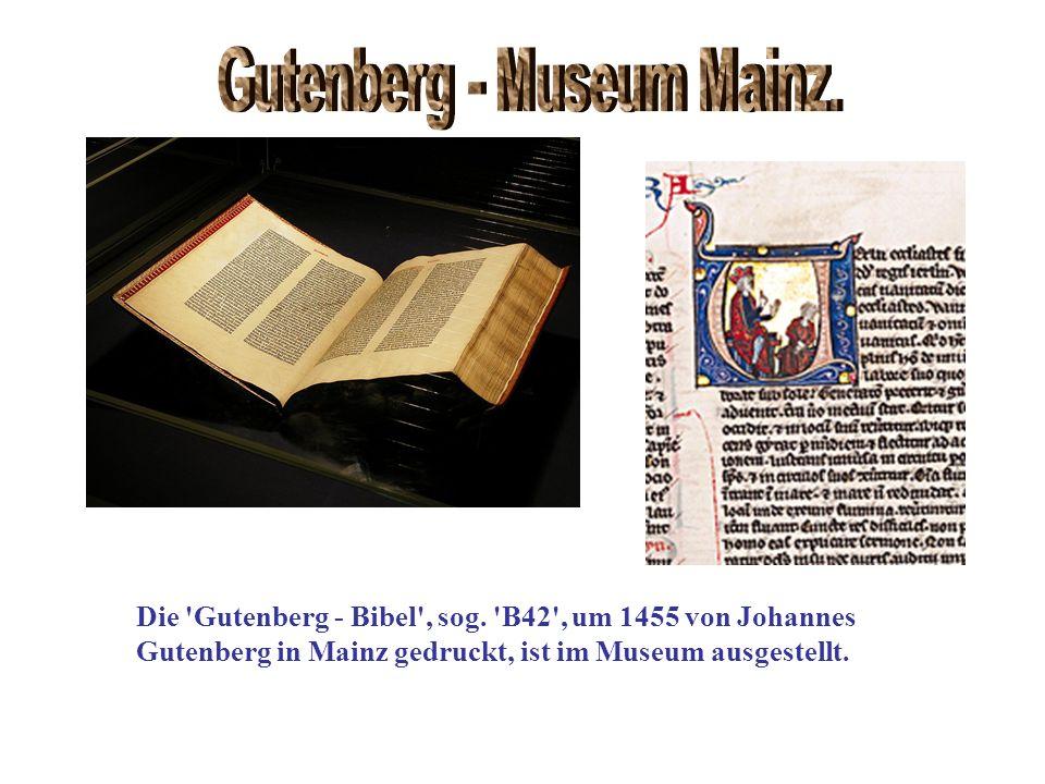Die 'Gutenberg - Bibel', sog. 'B42', um 1455 von Johannes Gutenberg in Mainz gedruckt, ist im Museum ausgestellt.