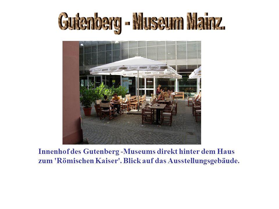 Innenhof des Gutenberg -Museums direkt hinter dem Haus zum 'Römischen Kaiser'. Blick auf das Ausstellungsgebäude.