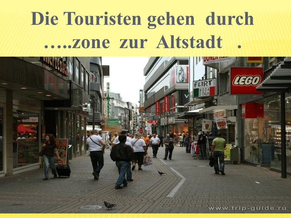 Die Touristen gehen durch …..zone zur Altstadt.