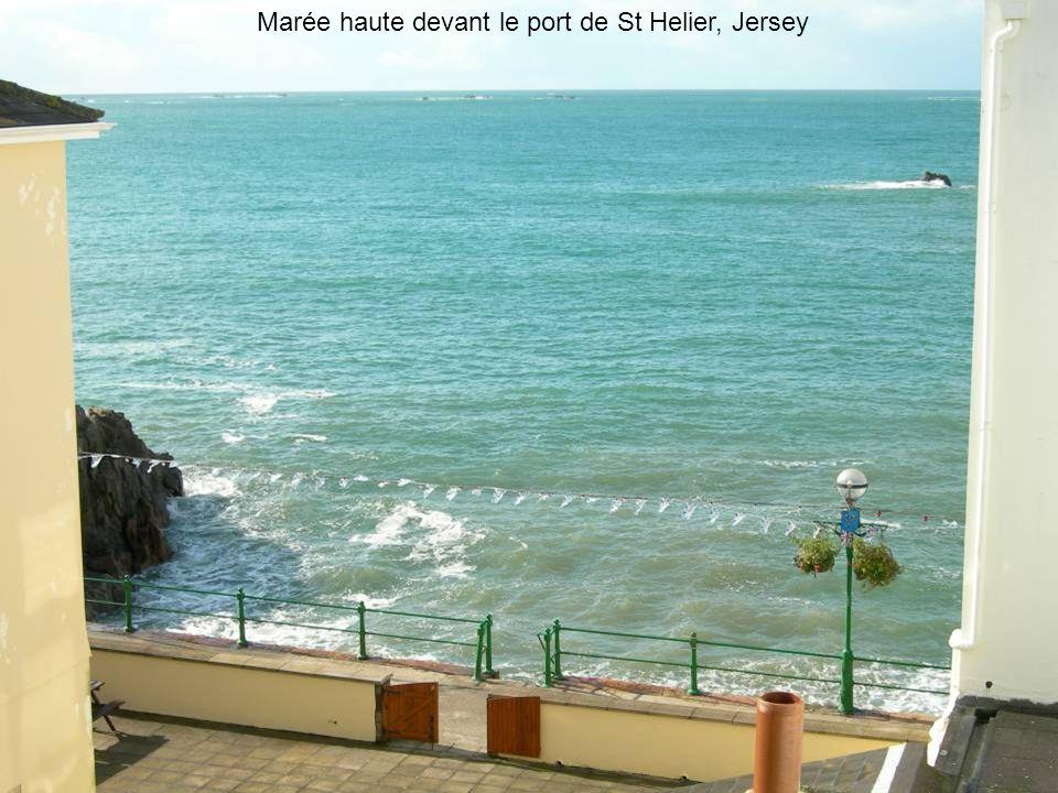 Marée haute devant le port de St Helier, Jersey