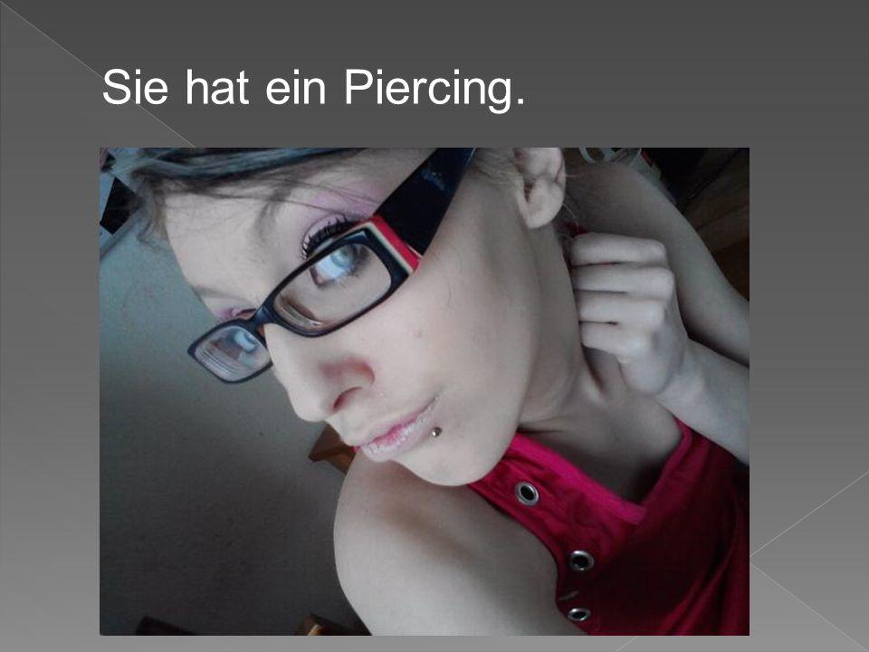 Sie hat ein Piercing.