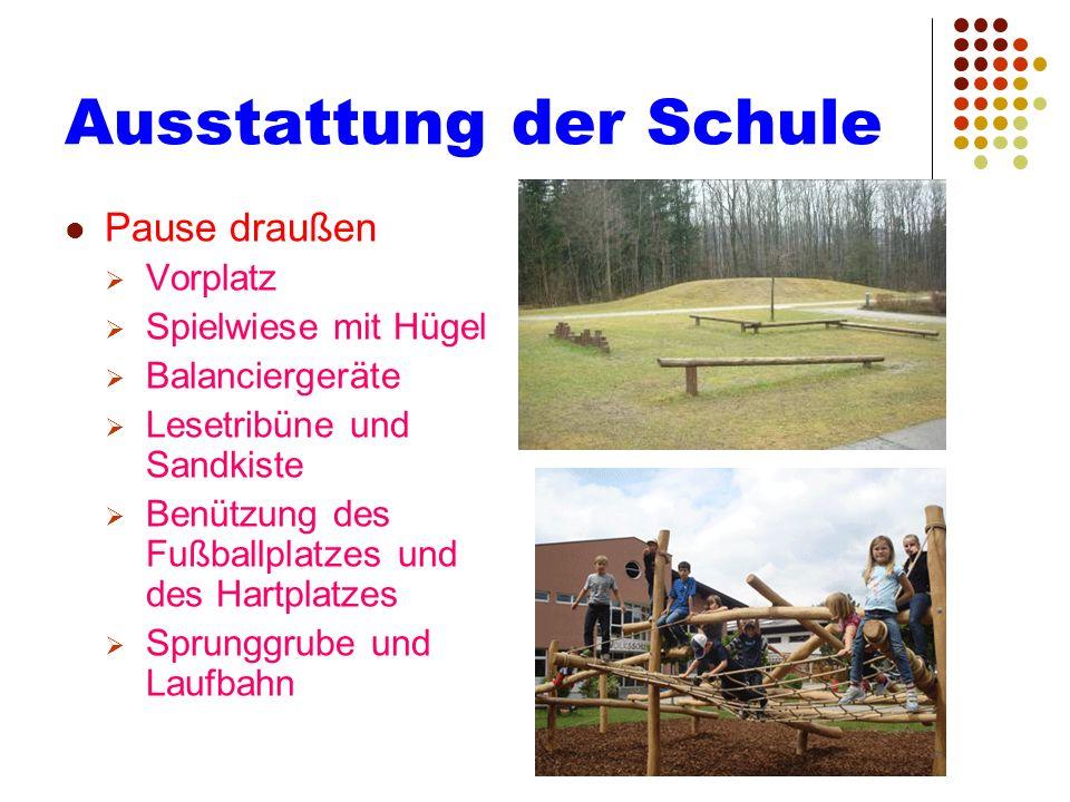 Ausstattung der Schule Pause draußen Vorplatz Spielwiese mit Hügel Balanciergeräte Lesetribüne und Sandkiste Benützung des Fußballplatzes und des Hart