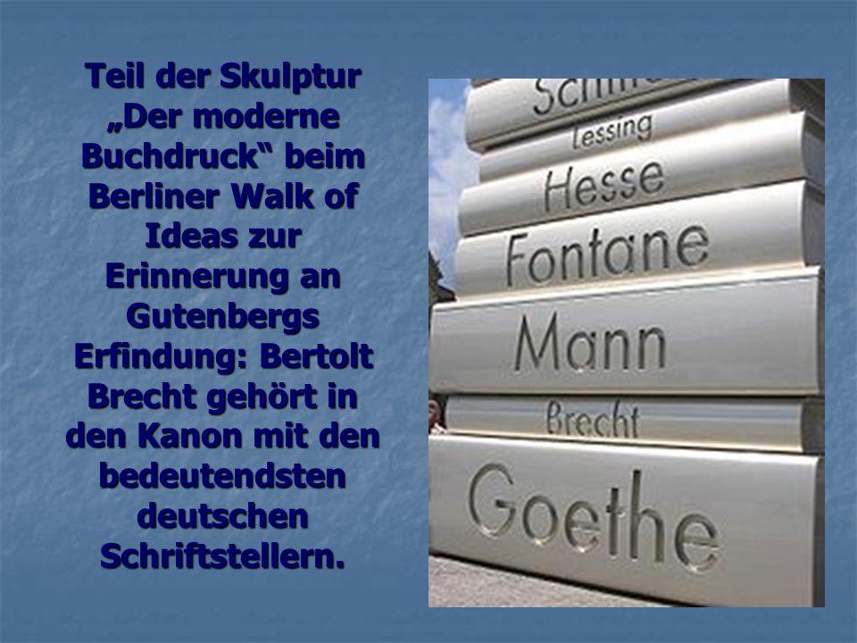 Teil der Skulptur Der moderne Buchdruck beim Berliner Walk of Ideas zur Erinnerung an Gutenbergs Erfindung: Bertolt Brecht gehört in den Kanon mit den