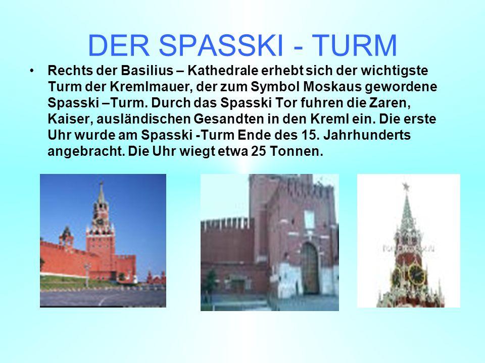 DER SPASSKI - TURM Rechts der Basilius – Kathedrale erhebt sich der wichtigste Turm der Kremlmauer, der zum Symbol Moskaus gewordene Spasski –Turm.