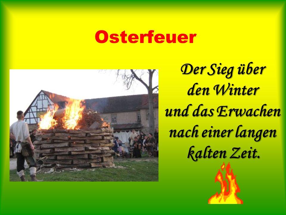 Osterkerze Brennende Osterkerze auf dem Osterkerzenleuchter.