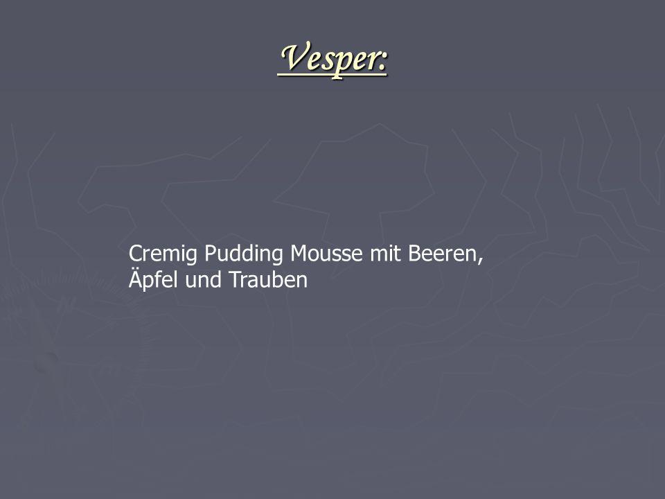 Vesper: Cremig Pudding Mousse mit Beeren, Äpfel und Trauben