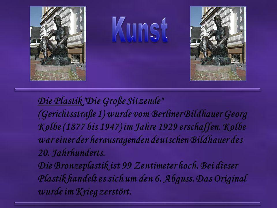 Die Plastik Die Große Sitzende (Gerichtsstraße 1) wurde vom Berliner Bildhauer Georg Kolbe (1877 bis 1947) im Jahre 1929 erschaffen.