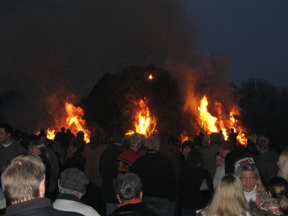 So gegen 20:30 Uhr wurde dann das Osterfeuer, an mehreren Ecken gleichzeitig, entzündet.