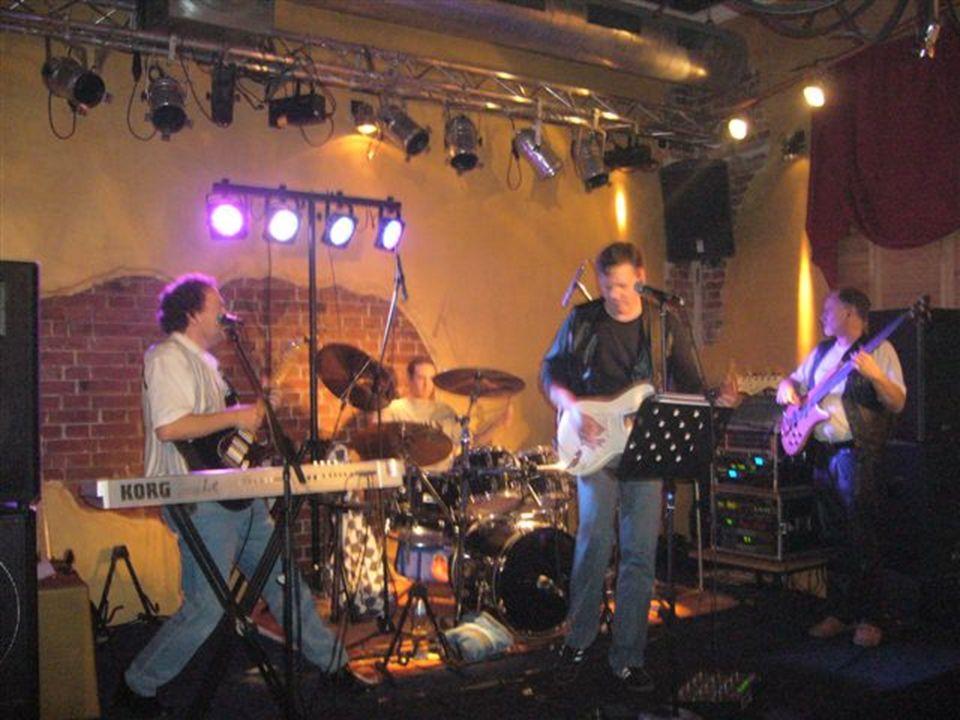 Immer wieder gab die Band einen zum Besten, die Tanzfläche war voll. Der Saal brodelte…war ne tolle Stimmung.
