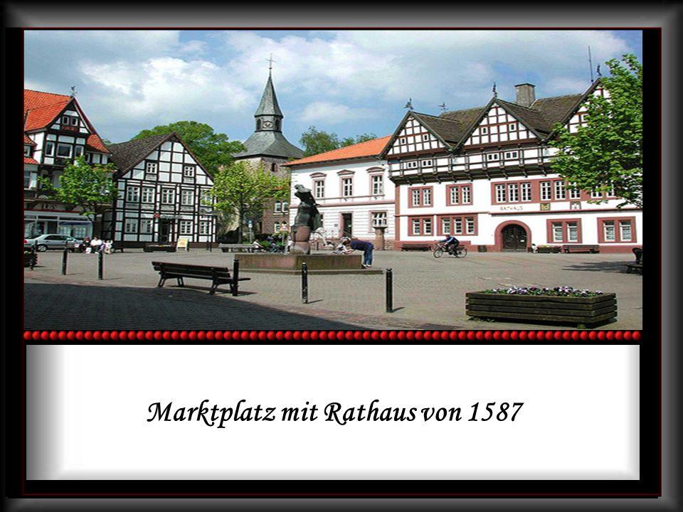 Marktplatz mit Rathaus von 1587