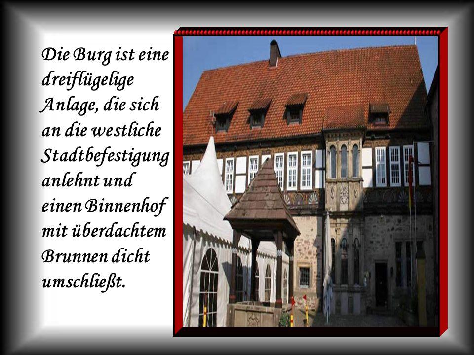 Die Burg ist eine dreiflügelige Anlage, die sich an die westliche Stadtbefestigung anlehnt und einen Binnenhof mit überdachtem Brunnen dicht umschließ