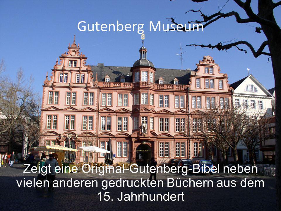 Gutenberg Museum Zeigt eine Original-Gutenberg-Bibel neben vielen anderen gedruckten Büchern aus dem 15. Jahrhundert