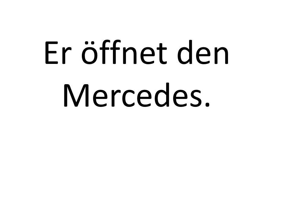 Er öffnet den Mercedes.