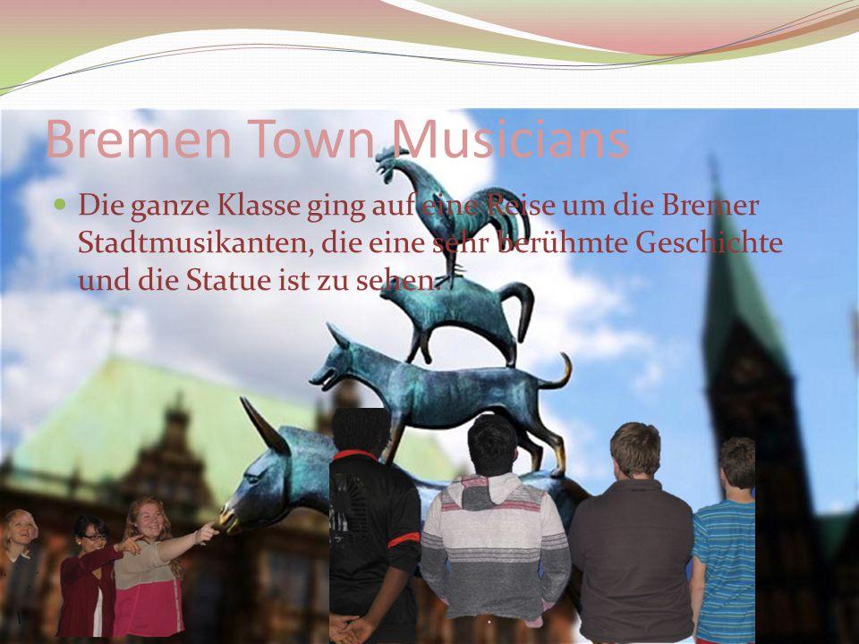 Bremen Town Musicians Die ganze Klasse ging auf eine Reise um die Bremer Stadtmusikanten, die eine sehr berühmte Geschichte und die Statue ist zu sehen.