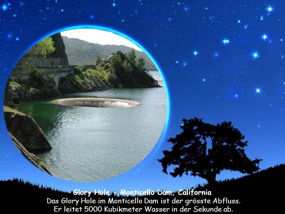Glory Hole - Monticello Dam, California Das Glory Hole im Monticello Dam ist der grösste Abfluss.