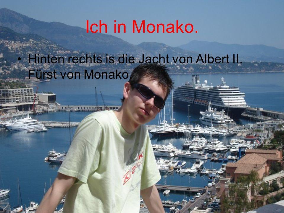 Ich in Monako. Hinten rechts is die Jacht von Albert II. Fürst von Monako.