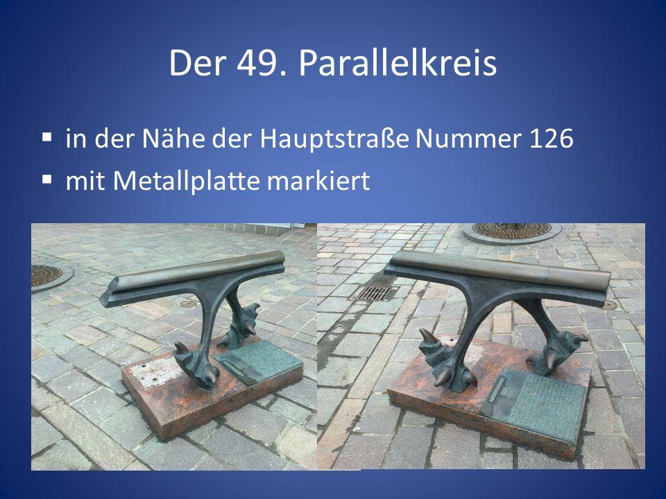 Der 49. Parallelkreis in der Nähe der Hauptstraße Nummer 126 mit Metallplatte markiert