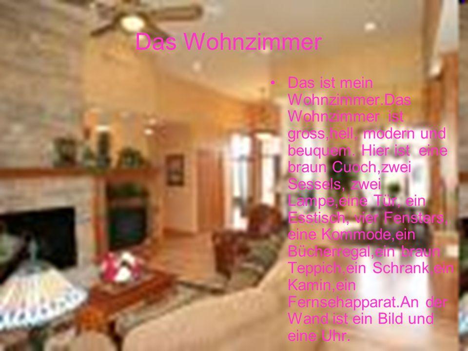 Das ist mein Wohnzimmer.Das Wohnzimmer ist gross,hell, modern und beuquem. Hier ist eine braun Cuoch,zwei Sessels, zwei Lampe,eine Tür, ein Esstisch,