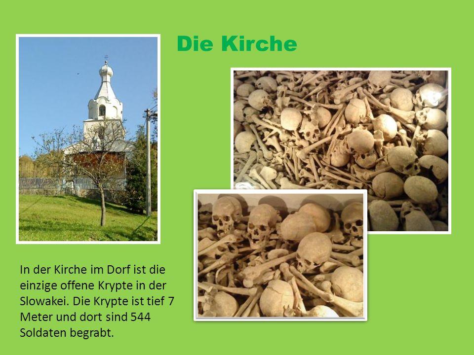 Die Kirche In der Kirche im Dorf ist die einzige offene Krypte in der Slowakei. Die Krypte ist tief 7 Meter und dort sind 544 Soldaten begrabt.