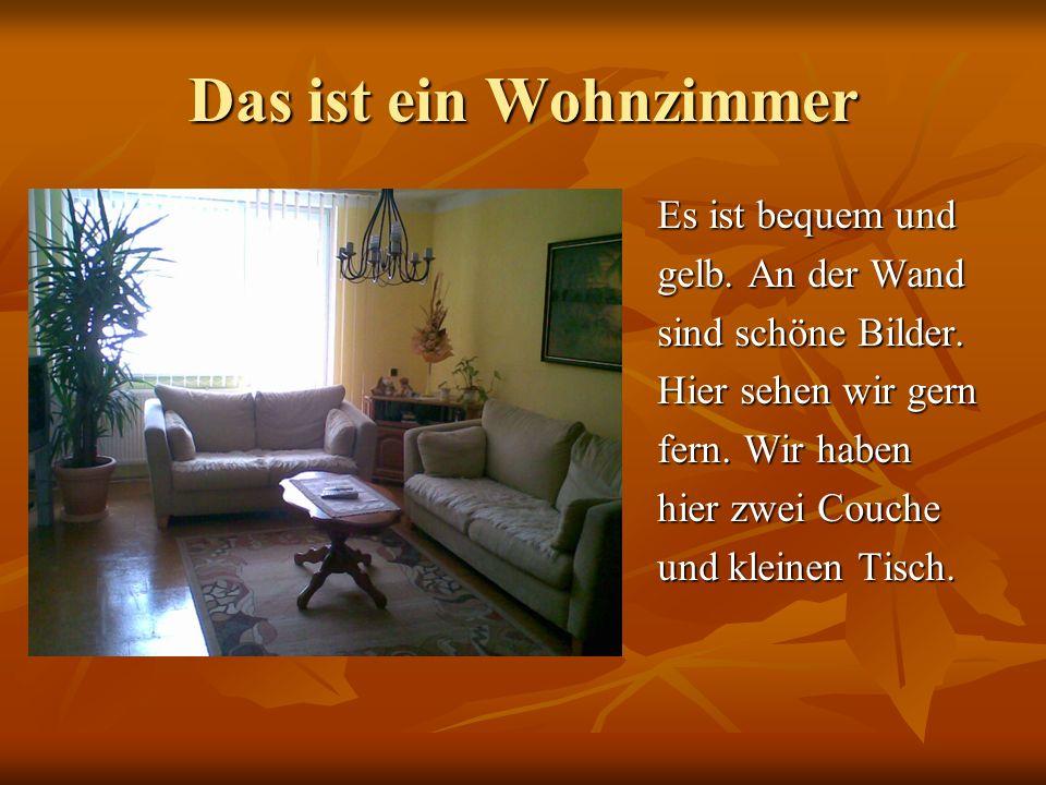 Das ist ein Wohnzimmer Es ist bequem und gelb. An der Wand sind schöne Bilder. Hier sehen wir gern fern. Wir haben hier zwei Couche und kleinen Tisch.