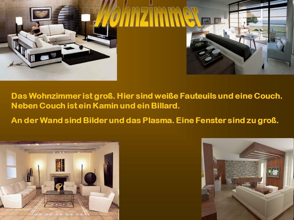 Das Wohnzimmer ist groß. Hier sind weiße Fauteuils und eine Couch. Neben Couch ist ein Kamin und ein Billard. An der Wand sind Bilder und das Plasma.