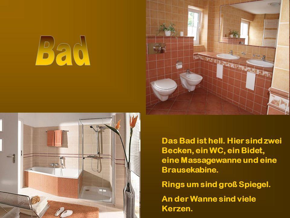 Das Bad ist hell. Hier sind zwei Becken, ein WC, ein Bidet, eine Massagewanne und eine Brausekabine. Rings um sind groß Spiegel. An der Wanne sind vie