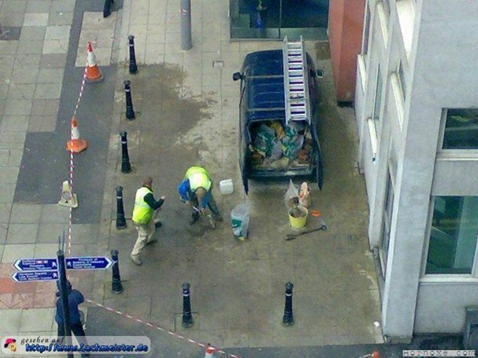 Die beiden Typen haben gerade die Pfosten einbetoniert. Nur dumm, dass ihr Auto da drinnen parkt :)