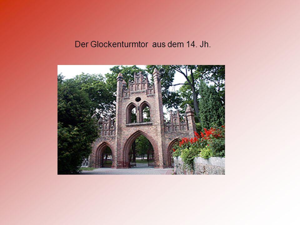 In der Nähe von der Pfarrkirche befinden sich: Glockenturm auf dem Pfarrberg die gotische Kirche aus dem 14.