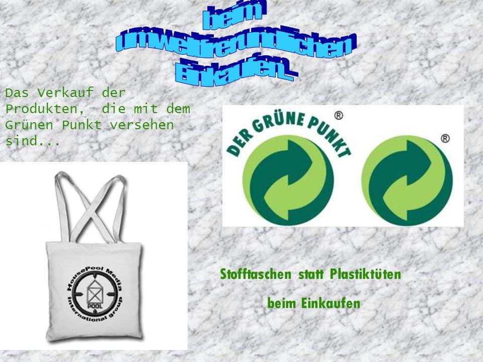 Stofftaschen statt Plastiktüten beim Einkaufen Das Verkauf der Produkten, die mit dem Grünen Punkt versehen sind...