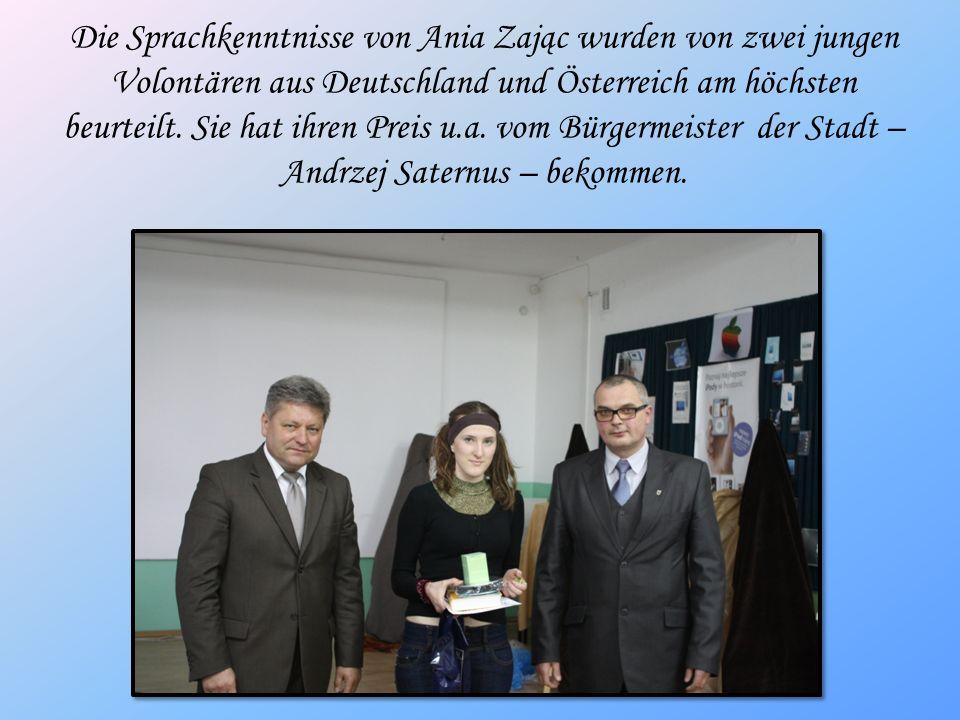 Die Sprachkenntnisse von Ania Zając wurden von zwei jungen Volontären aus Deutschland und Österreich am höchsten beurteilt. Sie hat ihren Preis u.a. v