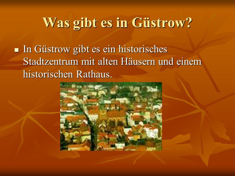 Was gibt es in Güstrow? In Güstrow gibt es ein historisches Stadtzentrum mit alten Häusern und einem historischen Rathaus. In Güstrow gibt es ein hist