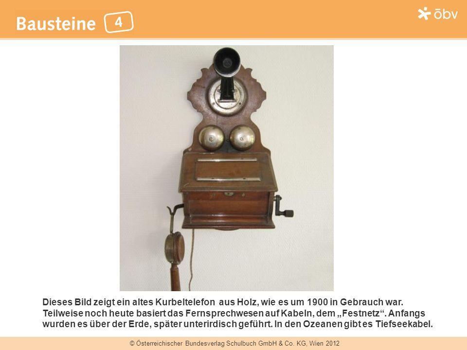 © Österreichischer Bundesverlag Schulbuch GmbH & Co. KG, Wien 2012 Dieses Bild zeigt ein altes Kurbeltelefon aus Holz, wie es um 1900 in Gebrauch war.