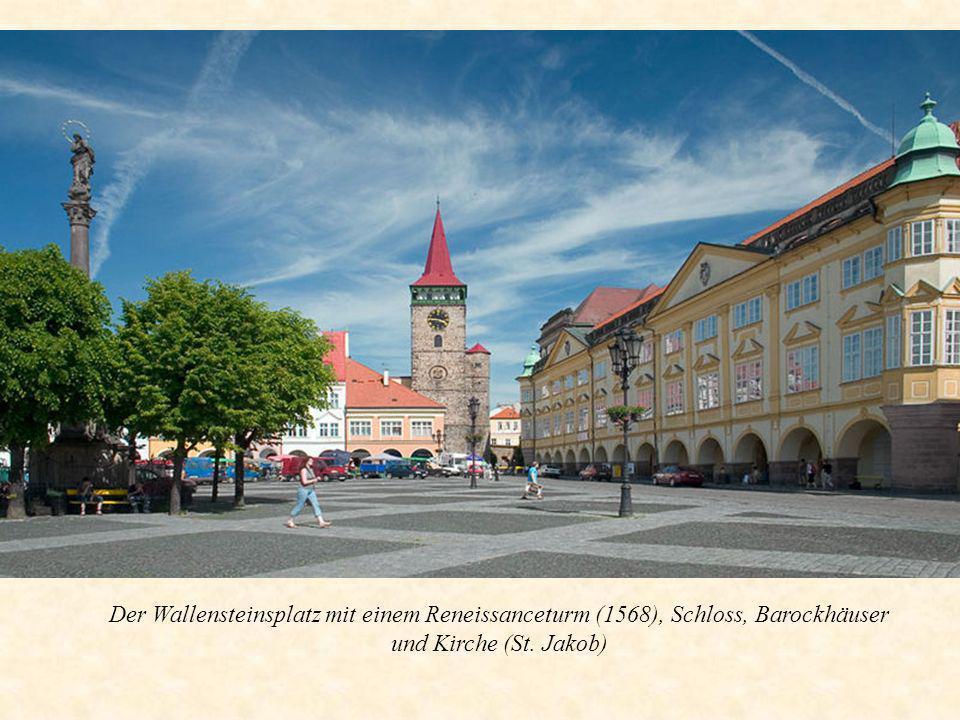 Der Wallensteinsplatz mit einem Reneissanceturm (1568), Schloss, Barockhäuser und Kirche (St. Jakob)