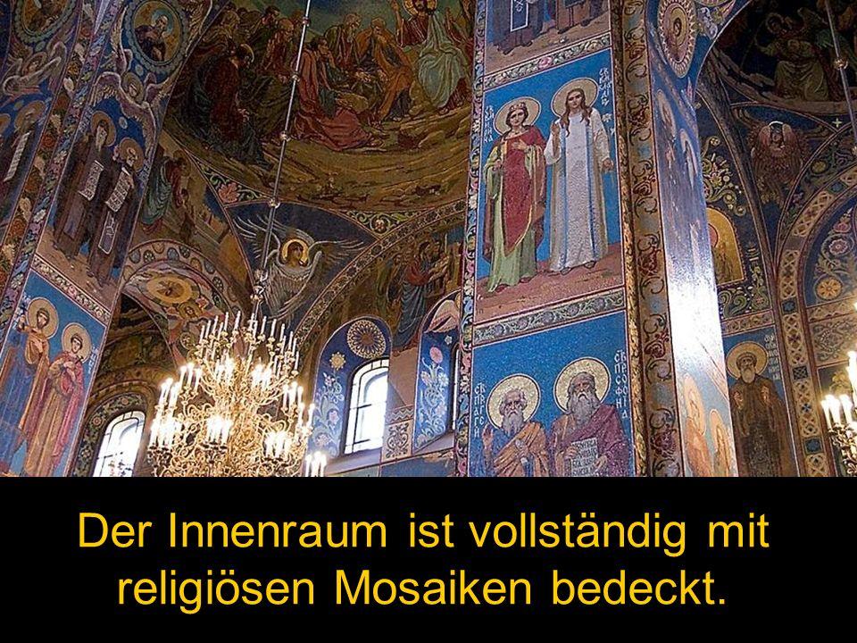 Der Innenraum ist vollständig mit religiösen Mosaiken bedeckt.
