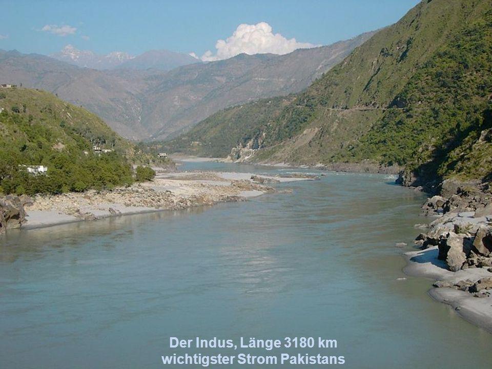Der Ganges, Länge 2600 km durchfließt Indien und Bangladesch ist der heiligste Fluss der Hindus
