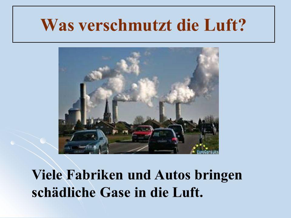 Was verschmutzt die Luft? Viele Fabriken und Autos bringen schädliche Gase in die Luft.