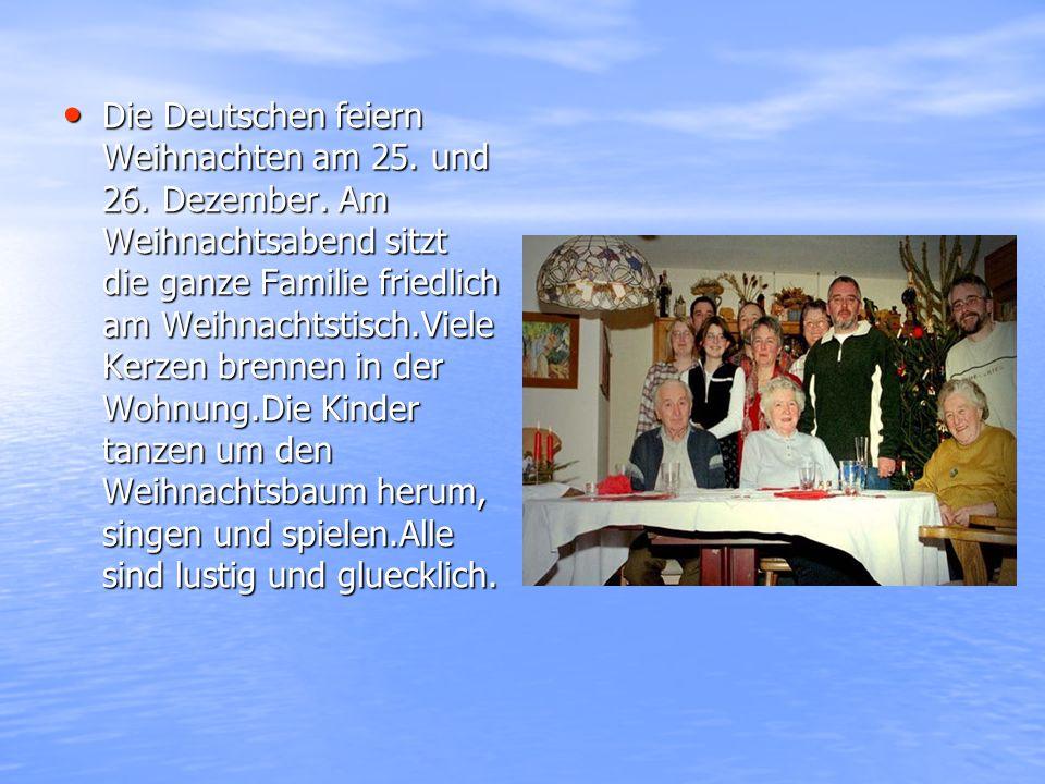 Die Deutschen feiern Weihnachten am 25. und 26. Dezember. Am Weihnachtsabend sitzt die ganze Familie friedlich am Weihnachtstisch.Viele Kerzen brennen