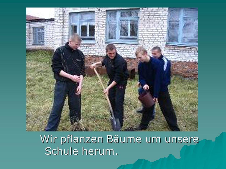 Wir pflanzen Bäume um unsere Schule herum. Wir pflanzen Bäume um unsere Schule herum.