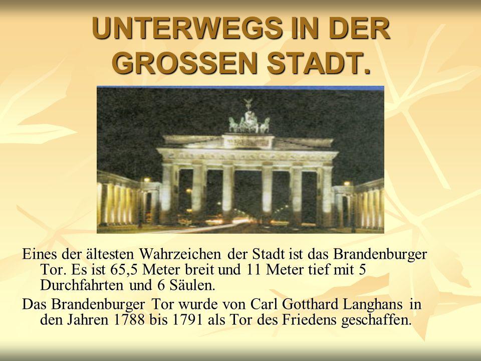 UNTERWEGS IN DER GROSSEN STADT. Eines der ältesten Wahrzeichen der Stadt ist das Brandenburger Tor. Es ist 65,5 Meter breit und 11 Meter tief mit 5 Du