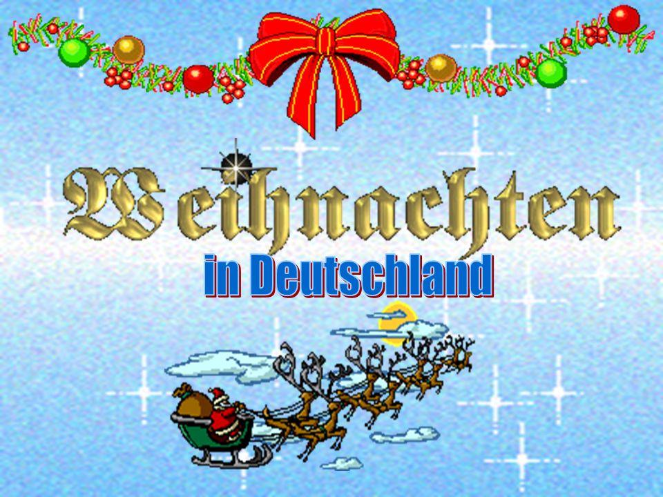 Поляки кладут на рождественский стол хлебцы, принесенные из церкви, а также раскладывают сено, закрывая его скатертью. На скатерть ставят праздничную
