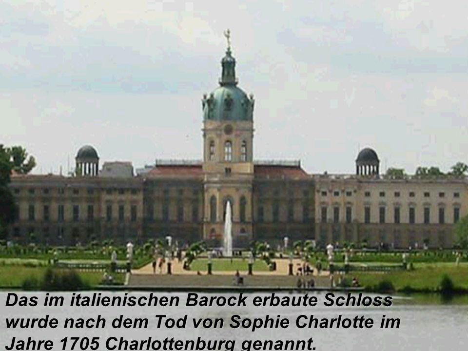 Das im italienischen Barock erbaute Schloss wurde nach dem Tod von Sophie Charlotte im Jahre 1705 Charlottenburg genannt.