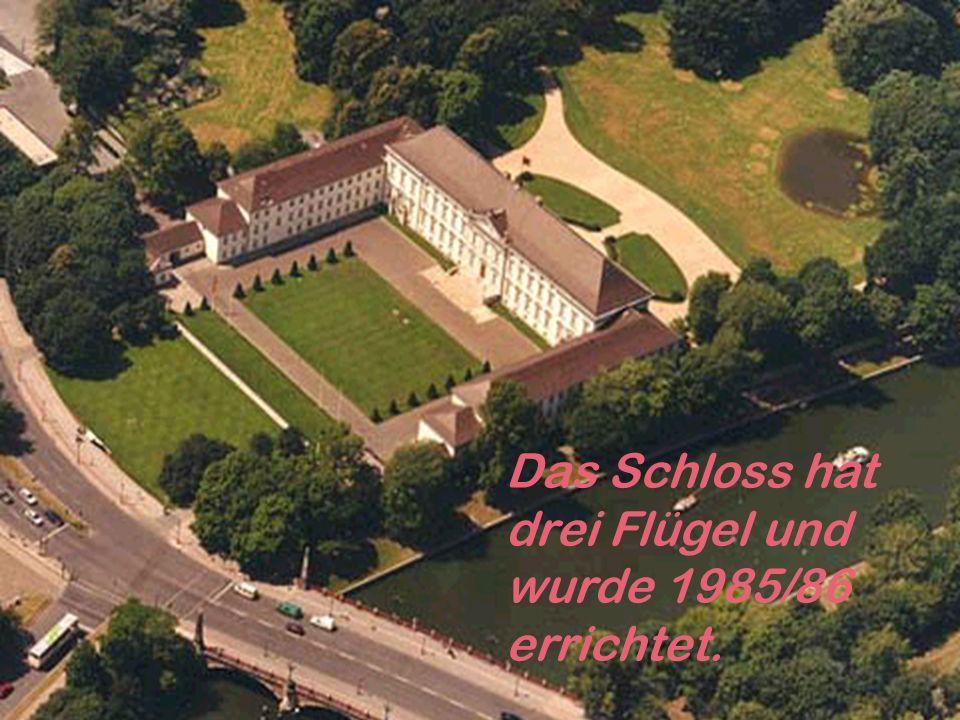 Das Schloss hat drei Flügel und wurde 1985/86 errichtet.