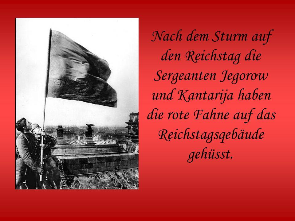 Nach dem Sturm auf den Reichstag die Sergeanten Jegorow und Kantarija haben die rote Fahne auf das Reichstagsqebäude gehüsst.